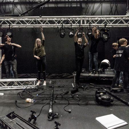 De muziekcrew bouwt zelf het podium, licht en geluid bij elk optreden op en af!